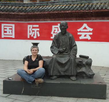 sylvie robert assise a cote bonze en Chine