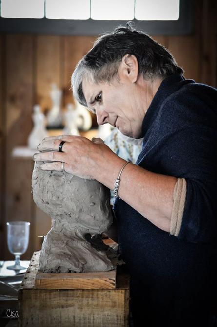 sylvie robert sculpte une tete